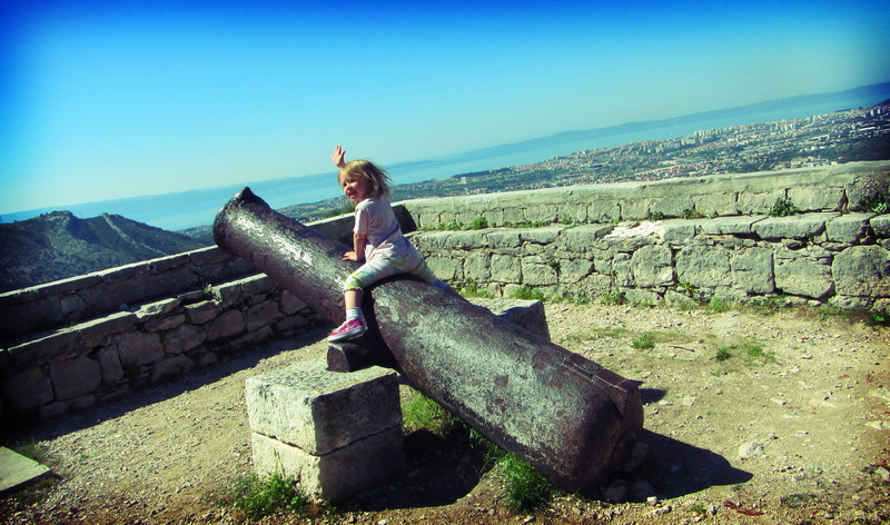 Aya riding the Klis castle canon